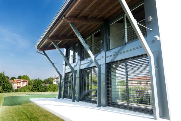 arredare-soggiorno-con-tante-finestre-esempio-1-esterno