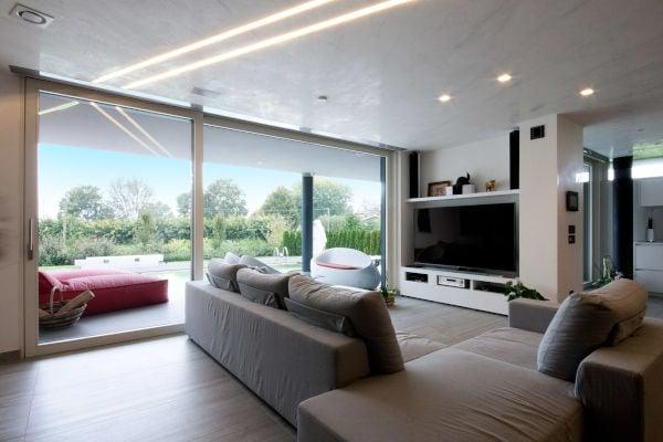 arredare-soggiorno-con-tante-finestre-esempio-3-interno