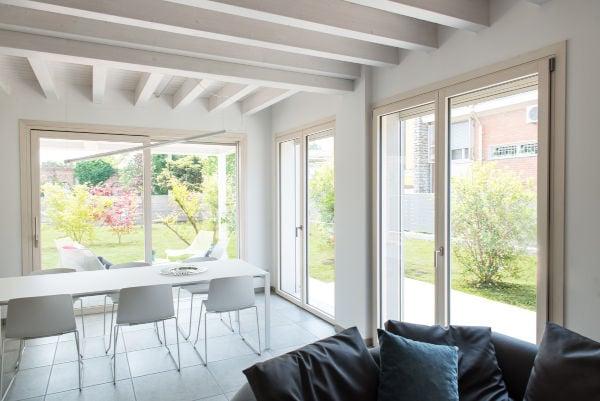 esempi-porta-finestra-zona-pranzo-luminosa