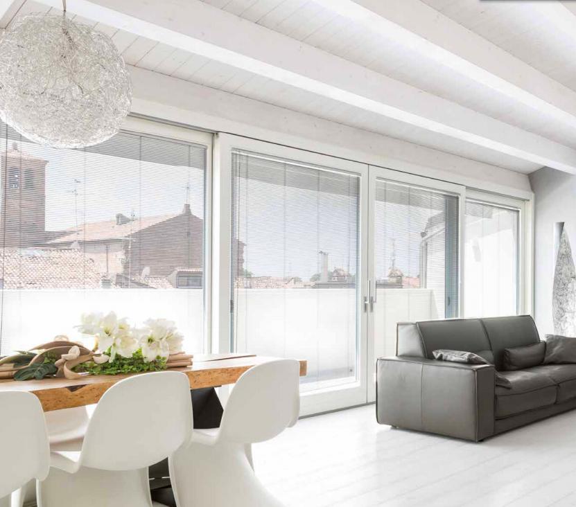 finestra moderna in legno con veneziana-interna