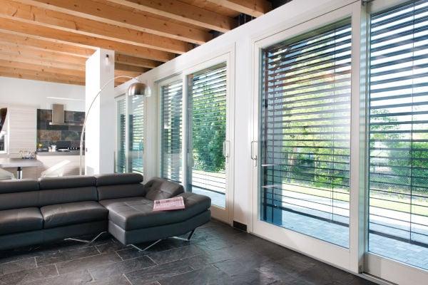 tendenze-serramenti-parete-living-finestrata
